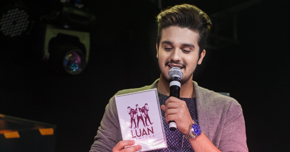 23.abr.2015 - Luan Santana conversa com fãs no Minas Shopping ao lançar seu novo CD/DVD; algumas delas estava esperando pelo lançamento do trabalho havia mais de 25 horas