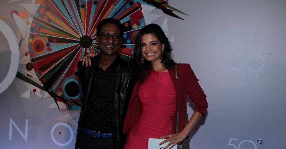 23.abr.2015 - Luis Miranda e Emanuelle Araújo posam sorridentes na chegada ao show em comemoração aos 50 anos da TV Globo, que acontece no Maracanãzinho, no Rio de Janeiro