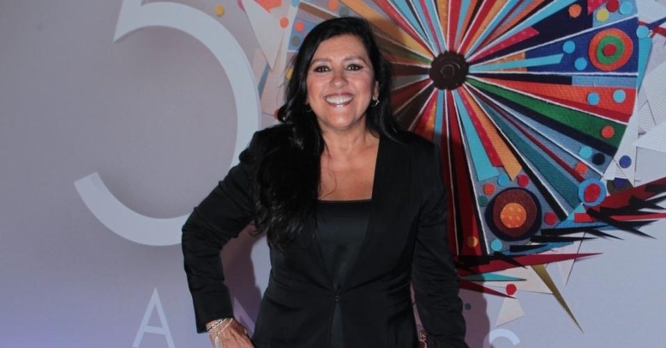 23.abr.2015 - Regina Casé chega sorridente ao Maracanãzinho, onde acontece o show de comemoração aos 50 anos da TV Globo
