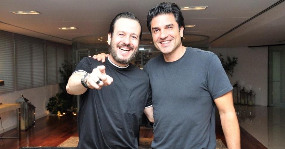 Celso Zucatelli e Edu Guedes posam para foto após assinaram o contrato com a RedeTV!