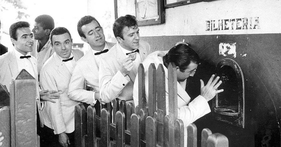 """o conjunto musical """"Demônios da Garoa"""", na bilheteria da estação de trem Jaçanã, em São Paulo (SP), em foto de 1965"""