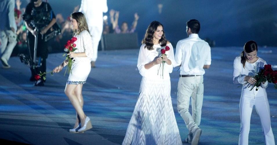 23.abr.2015 - Bruna Marquezine também joga rosas para a plateia na festa de comemoração aos 50 anos da TV Globo, no Maracanãzinho