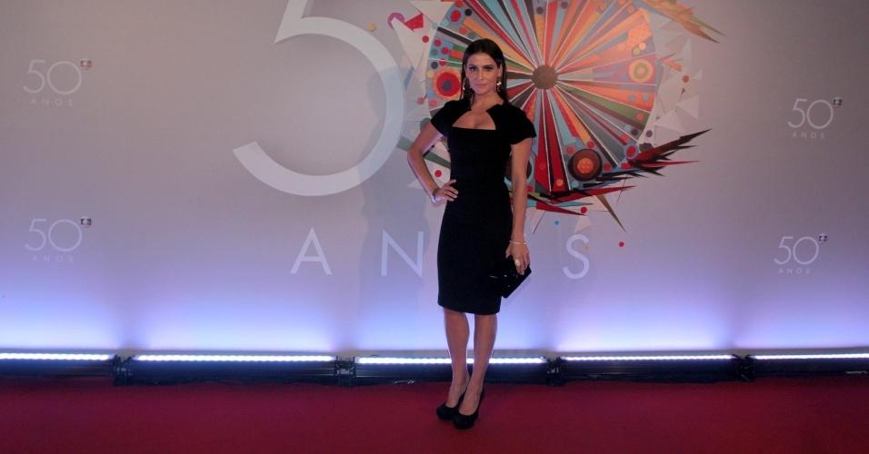 23.abr.2015 - Deborah Secco apostou num look pretinho, mas bem chique para a festa de comemoração aos 50 anos da TV Globo, no Maracanãzinho