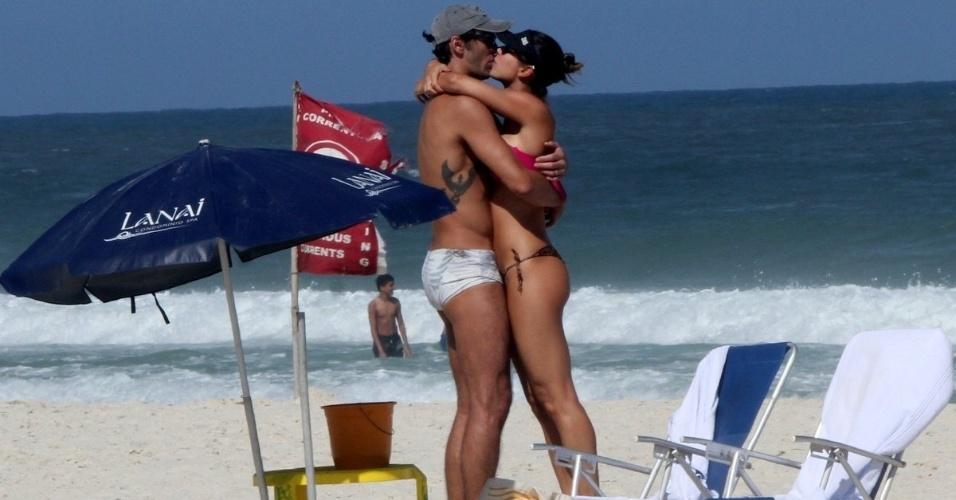 24.abr.2015 - Giba e a mulher, Maria Luiza Daudt, namoram na praia da Barra da Tijuca, Zona Oeste do Rio de Janeiro. O clima esquenta entre o casal, que se abraça e beija nas areias