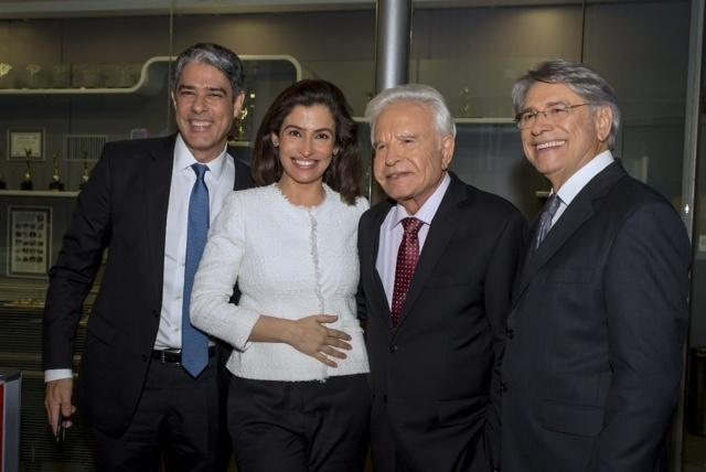 """24.abr.2015 - William Bonner e Renata Vasconcellos posam com Cid Moreira e Sérgio Chapelin em noite de homenagem aos jornalistas que apresentaram o """"Jornal Nacional"""" por 18 anos, sendo os 11 primeiros consecutivos"""