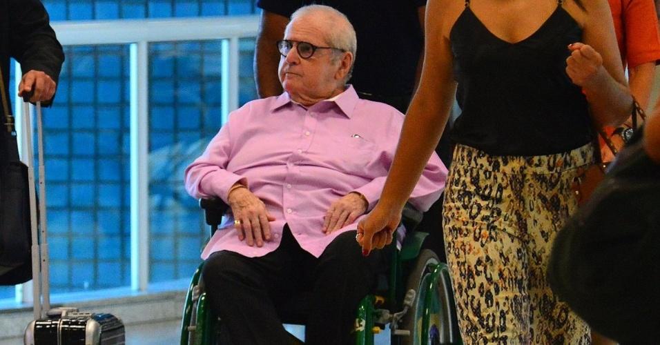 24.abr.2015- Jô embarca de cadeira de rodas após sentir dor ciática