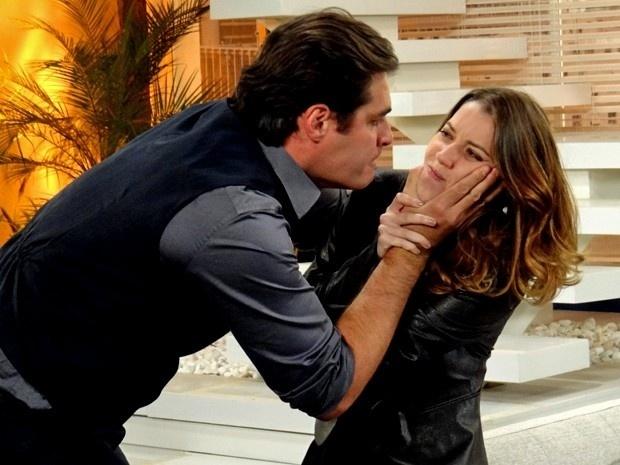 Laura cospe na cara de Marcos e é ameaçada por ele