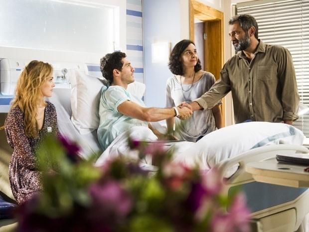Miguel conhece Felipe, seu filho, no hospital