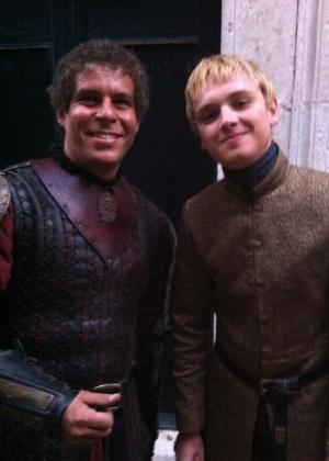 O brasileiro Bruno Sidrim com o ator Dean-Charles Chapman, que interpreta Tommen Baratheon