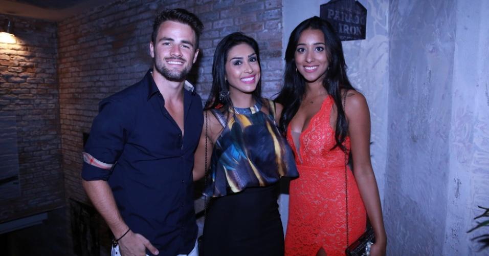 25.abr.2015 - O ex-BBB Rafael comemorou seu aniversário com a namorada Talita, amigos, pais, fãs e a ex-sister Amanda em uma casa noturna no Rio