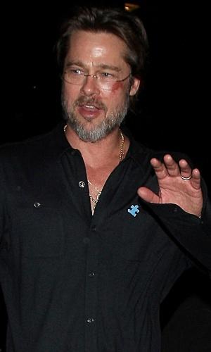 25.abr.2015 - O ator Brad Pitt compareceu a um evento de caridade em Hollywood com um machucado no rosto --uma marca vermelha do olho esquerdo ao nariz. Segundo comunicado, o ferimento foi causado por uma queda