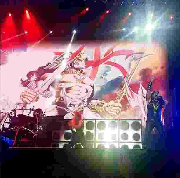 26.04.2015 - A banda norte americana Manowar se apresenta no Monsters of Rock com suas letras fantasiosas e míticas. Conhecidos pelos seus shows barulhentos, o Manowar detêm o recorde mundial de show mais alto em dB (decibéis). - Reprodução/Instagram