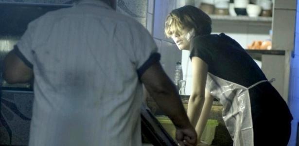 """Em """"Babilônia"""", Alice vai trabalhar mesmo com febre para provar que não depende de Murilo e Evandro"""
