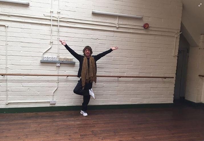 27.abr.2015 - Mick Jagger publicou uma foto inusitada em seu Facebook oficial, nesta segunda-feira. Com as pernas cruzadas, os braços abertos e um sorriso no rosto, o cantor avisou na legenda: