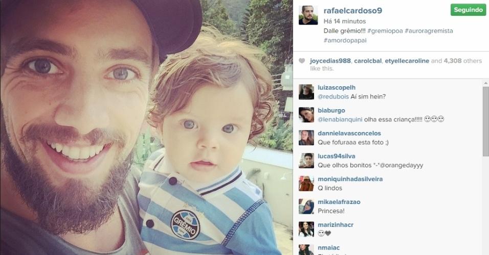 27.abr.2015 - Rafael Cardoso mostrou o rostinho da filha Aurora, de quase sete meses, na tarde desta segunda-feira em seu Instagram. Além dos grandes olhos azuis, iguais aos do pai, o detalhe é que a menina vestia um macacão do Grêmio, time de futebol para qual o ator torce.