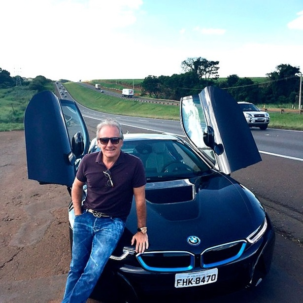 Apaixonado por carros, Otávio Mesquita dirigiu um BMW i8, que custa cerca de R$ 800 mil, para o seu programa no SBT