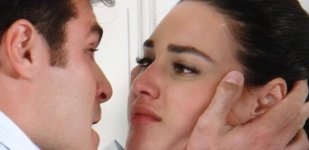 Furioso com a expulsão do hospital, Marcos (Thiago Lacerda) briga feio com Sueli (Débora Nascimento). Azeitona (JP Rufino) chega na sala e defende a irmã