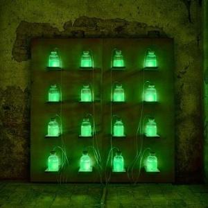 Imagem do Museu da Merda exibe vidros de compostagem em processo de bioluminescência para mostrar como o gás metano é capaz de produzir luz - Divulgação/Museu da Merda