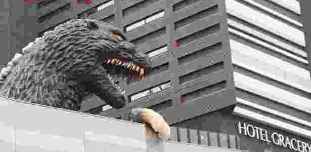 O monstro parece pronto para destruir o hotel Gracery, em Shinjuku - Divulgação/Hotel Gracery
