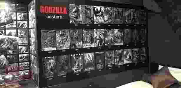 Pôsteres dos filmes do Godzilla decoram o interior do hotel japonês - Divulgação/JijiCom