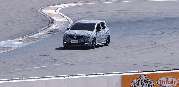 Renault Sandero RS, com acerto, mecânica esportiva e camuflagem, dá voltinha no autódromo de Santa Maria (RS) - UOL - UOL