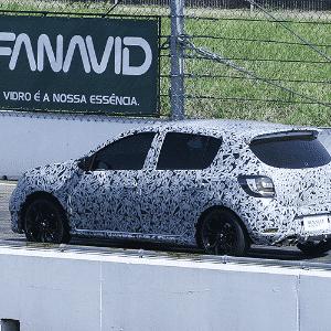 Renault Sandero RS, com acerto, mecânica esportiva e camuflagem, dá voltinha no autódromo de Santa Maria (RS) - UOL