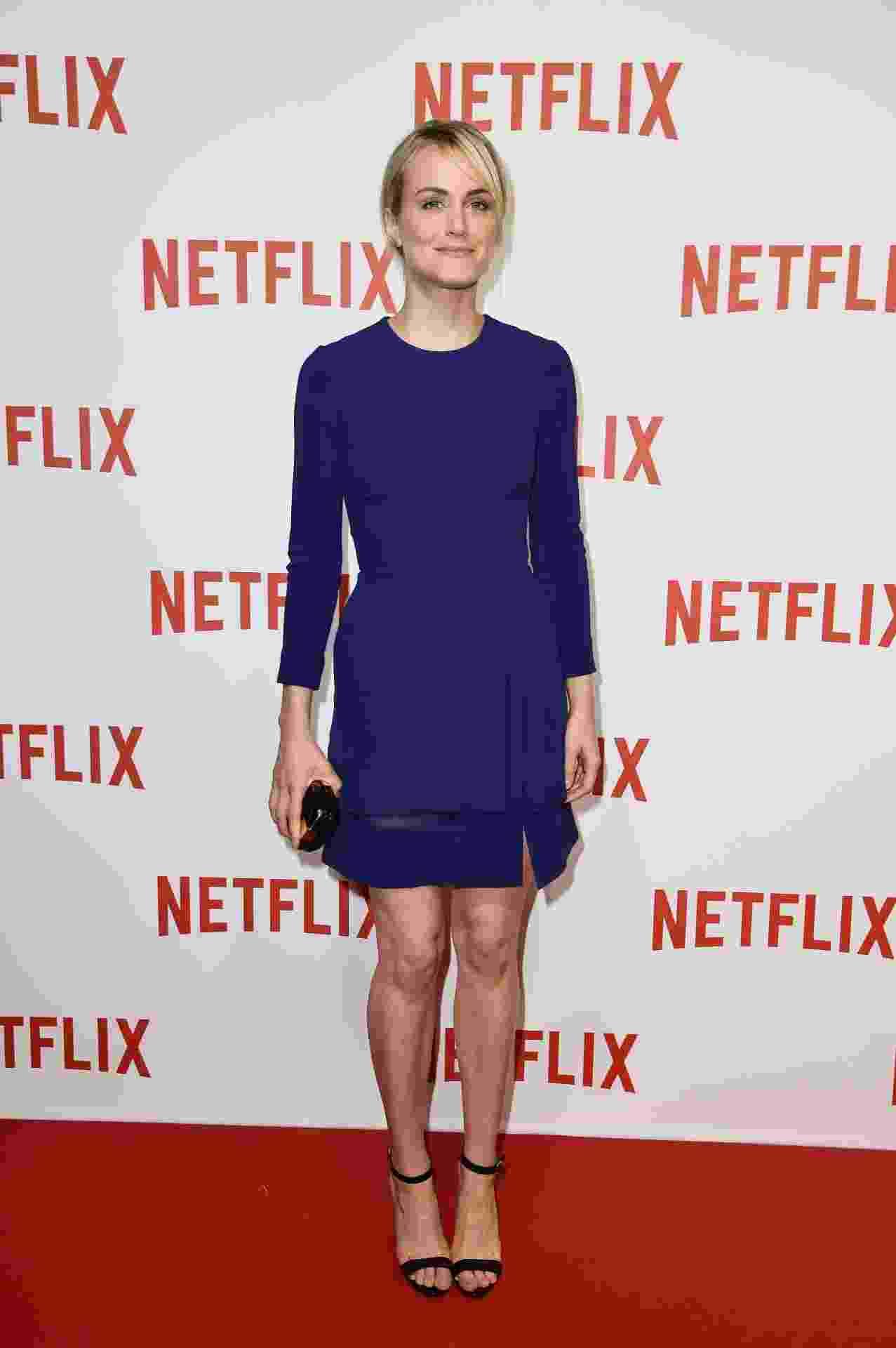 """15.set.2014 - Vestido azul royal de Taylor Schilling, protagonista da série """"Orange Is The New Black"""", é sequinho e ganhou transparência na barra - Getty Images"""