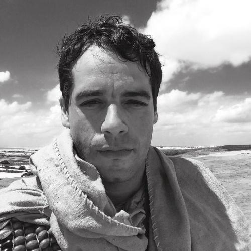 """28.abr.2015 - Guilherme Winter, que vive o Moisés em """"Os 10 Mandamentos"""" e está em Mossoró (RN) para gravar a novela, publicou em seu Instagram uma imagem caracterizado como o personagem. Nas cenas em questão, previstas para irem ao ar na 2ª quinzena de maio, ele foge do Egito e caminha pelo deserto. Cansado e sem água, o personagem tem uma visão que parece ser a de um poço, mas não sabe ao certo se é uma miragem. Neste momento, Moisés encontra com a família de Zípora, sua futura esposa Zípora (Gisele Itiê)"""