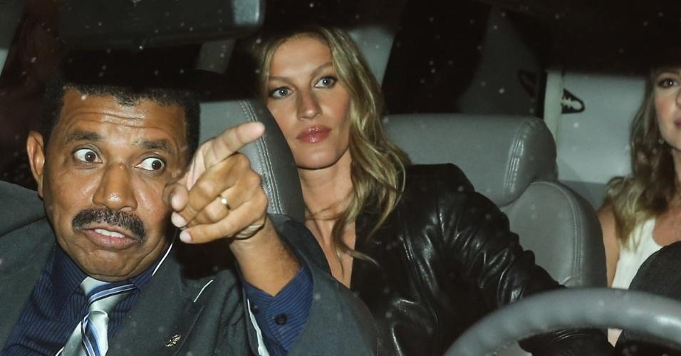28.abr.2015- Gisele Bündchen chega em um carro com seguranças para a festa