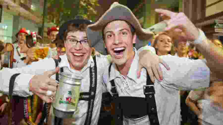 Turistas participam da Oktoberfest, tradicional festa alemã em Blumenau, Santa Catarina, em 2017 - Getty Images