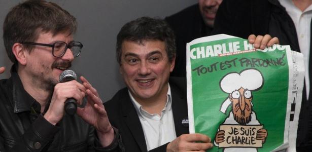 """O cartunista Luz (à esq.) e o colunista Patrick Pelloux, durante a apresentação da edição da """"Charlie Hebdo"""" publicada após o atentado contra a revista francesa - Philippe Wojazer/Reuters"""