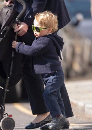 Usando óculos escuros, Príncipe George passeia por Londres com a babá em meio à expectativa do nascimento do segundo filho de Kate Middleton e Príncipe William