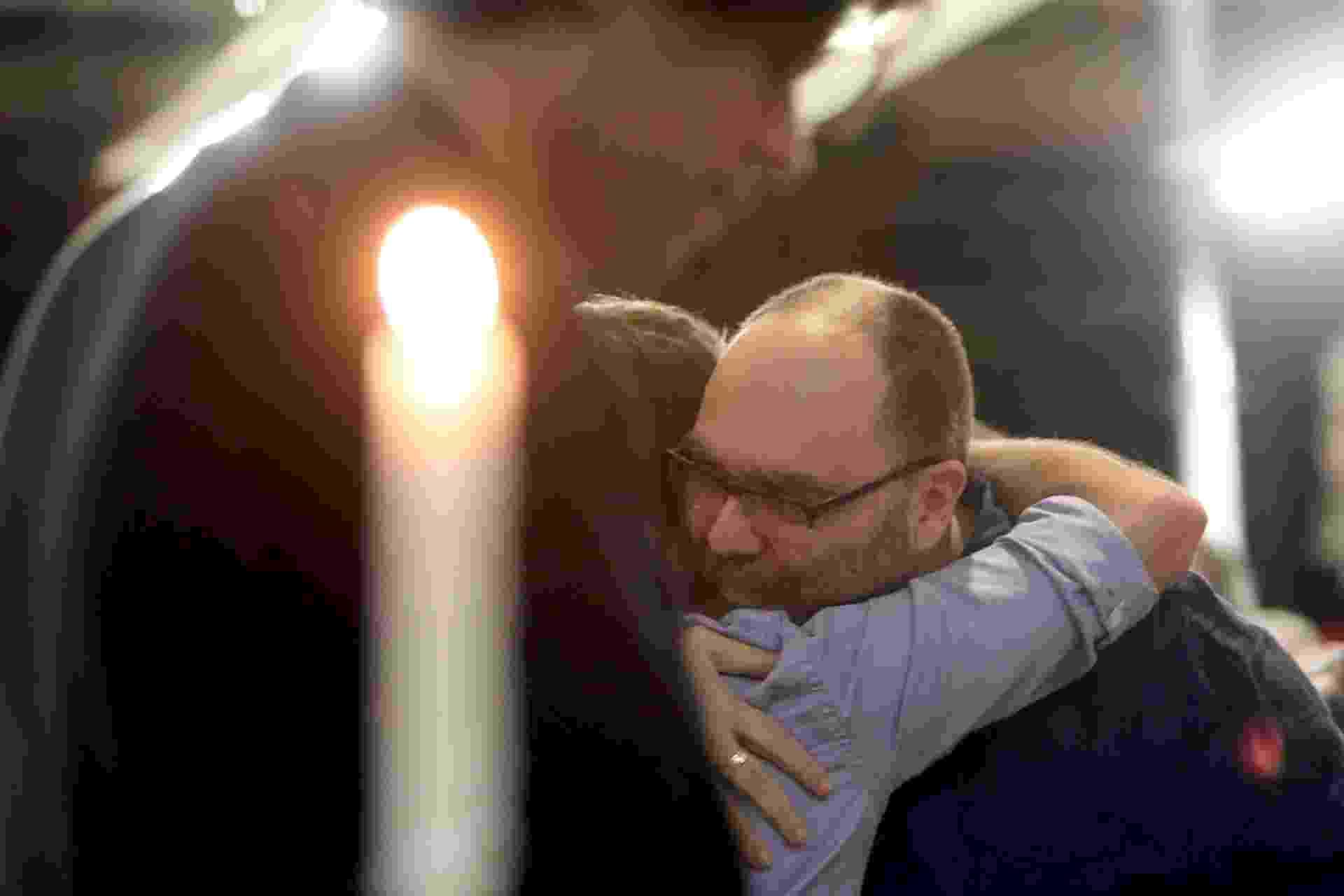29.abr.2015 - Familiares e amigos consolam André Abujamra, filho do ator e diretor, encontrado morto em sua casa em Higienópolis, em São Paulo, na manhã de terça-feira (28) - Ricardo Matsukawa/UOL