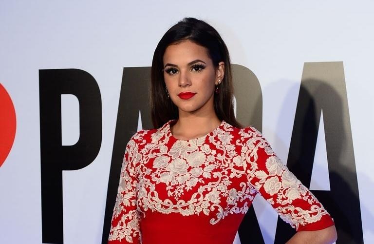 29.abr.2015- Bruna Marquezine usa um vestido vermelho na festa de lançamento da novela