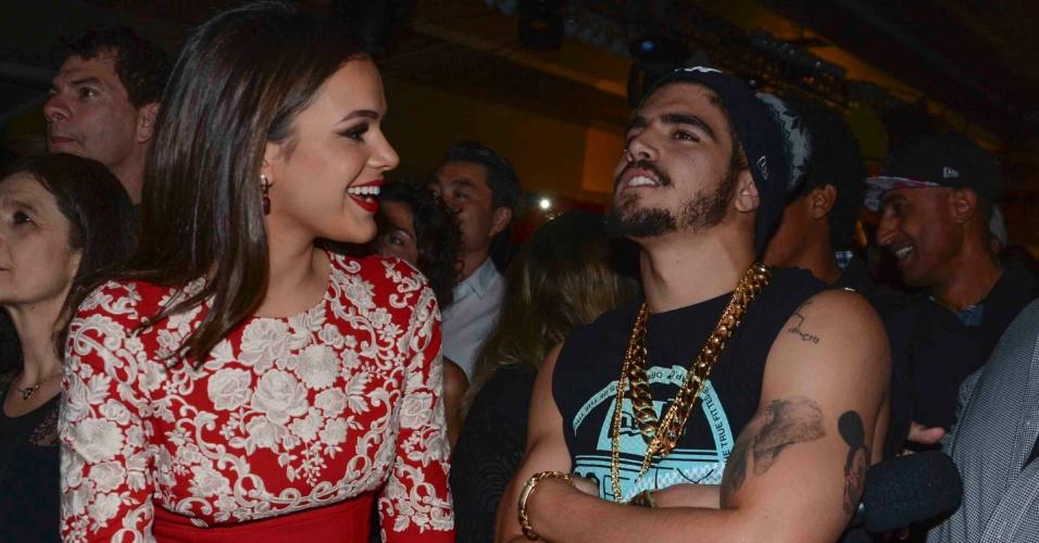 29.abr.2015 - Bruna Marquezine e Caio Castro conversam na festa de lançamento da novela