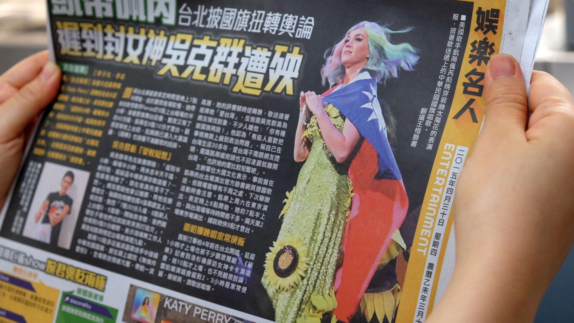 30.abr.2014 - Jornal de Taiwan mostra a cantora Katy Perry usando bandeira local