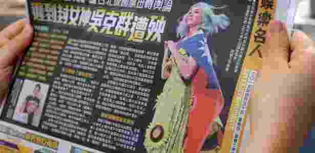 30.abr.2014 - Jornal de Taiwan mostra a cantora Katy Perry usando bandeira local - Sam Yeh/AFP - Sam Yeh/AFP