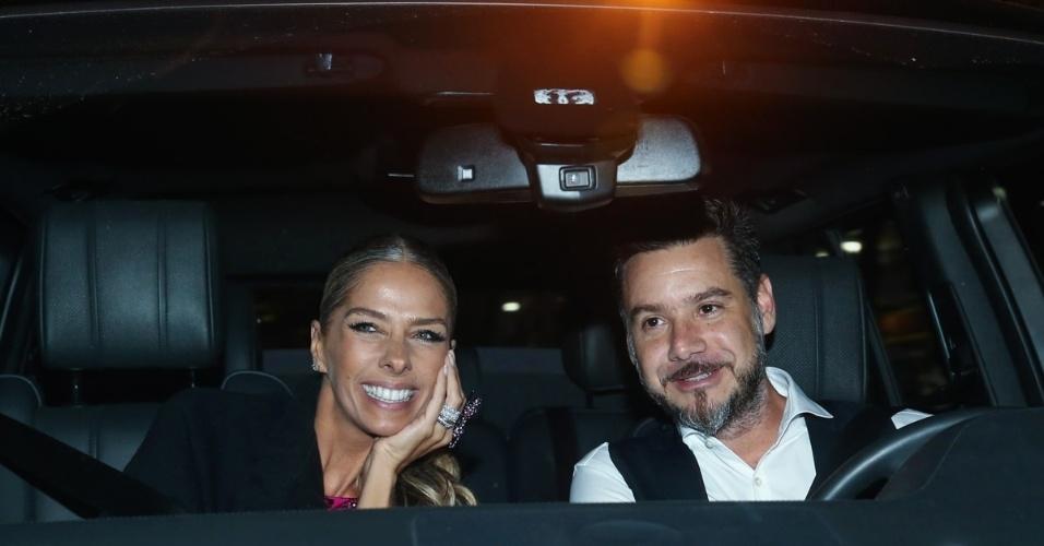 30.abr.2015 - Adriane Galisteu, que já foi casada com Roberto Justus, chega para a cerimônia de casamento do empresário com a modelo Ana Paula Siebert, na noite desta quinta-feira. Ela foi acompanhada do marido, Alexandre Iódice