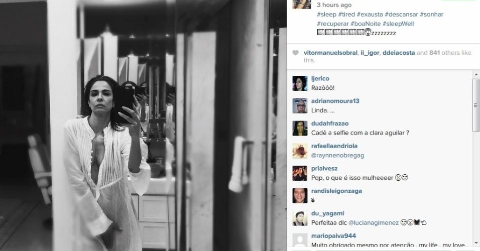 30.abr.2015 - Luciana Gimenez posa de camisola transparente