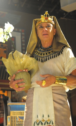 "30.abr.2015 - O ator Zé Carlos Machado, intérprete do faraó Seti em ""Os Dez Mandamentos"" recebe flores nos bastidores na novela da Record"