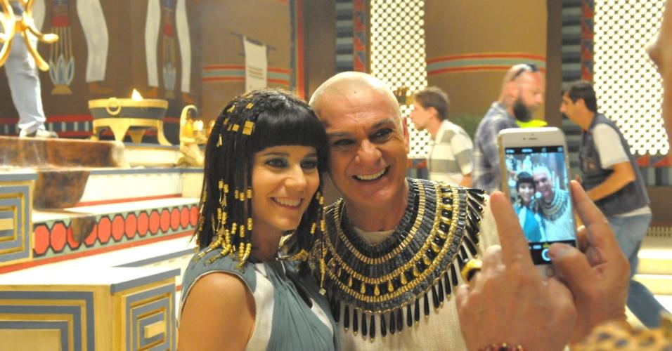 "30.abr.2015 - Vera Zimmerman posa com Zé Carlos Machado nos bastidores de ""Os Dez Mandamentos"""