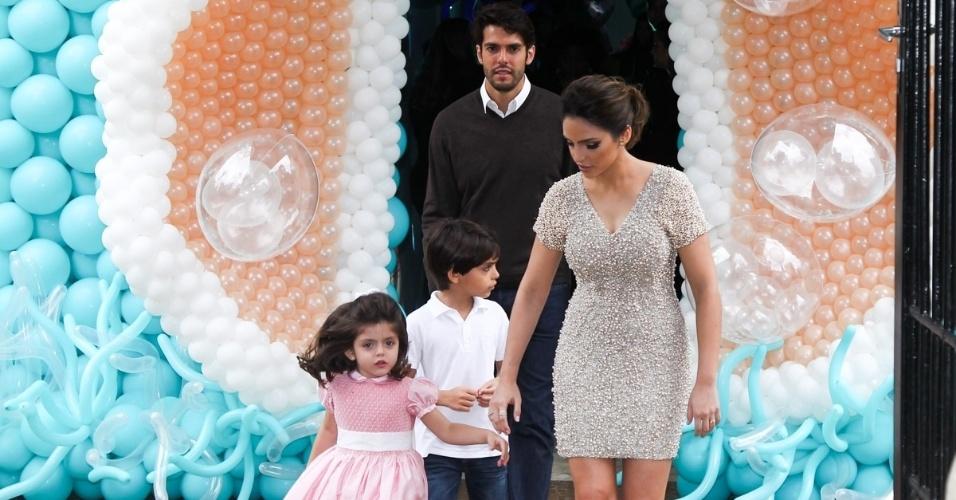 30.abr.2015- Carol Celico e Kaká chegamcom os filhos Isabella, que completa 4 anos, e Luca em São Paulo