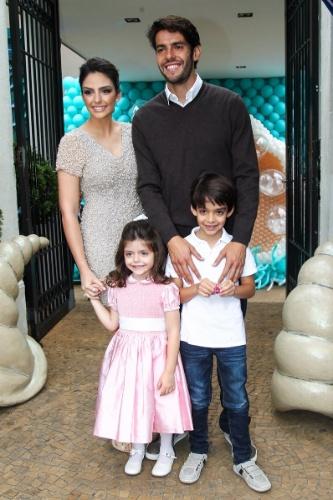 30.abr.2015- Família feliz: Carol Celico e Kaká posam com os filhos Isabella, que completa 4 anos, e Luca no Buffet La Luna, localizado no bairro do Butantã, em São Paulo