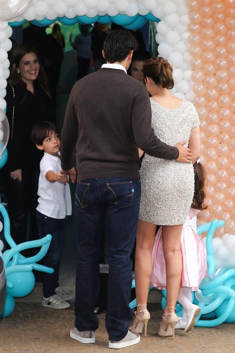30.abr.2015- Kaká e Carol Celico chegam para festejar os 4 anos da filha Isabella em um buffet de São Paulo