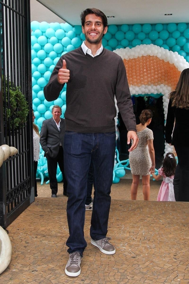 30.abr.2015- Simpático, Kaká acena para os fotógrafos ao chegar para o aniversário de sua filha Isabella