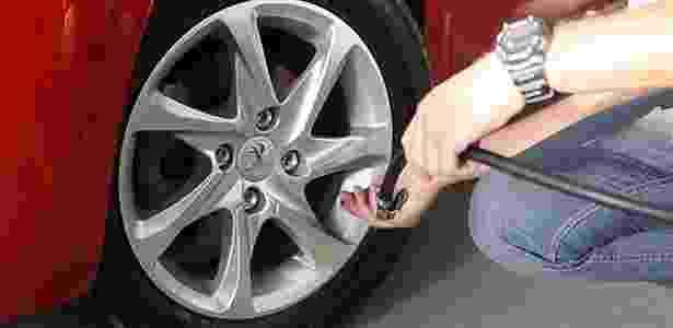 Calibrar os pneus quinzenalmente, inclusive o estepe, deveria ser hábito do motorista brasileiro: serve como prevenção de acidentes e ainda ajuda a economizar combustível - Reprodução