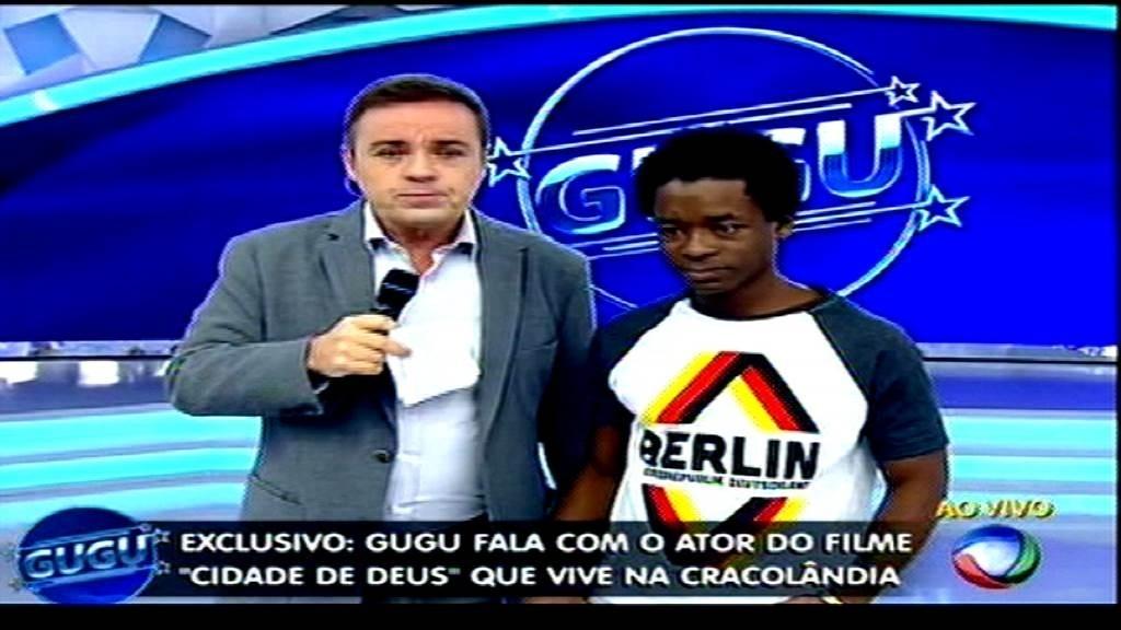 O apresentador Gugu entrevista Rubens Sabino Silva, ator de