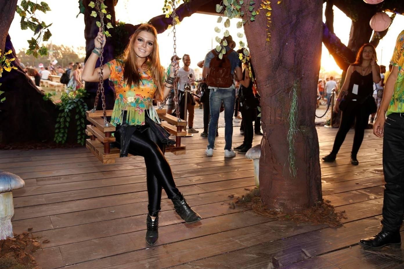 01.mai.2015 - Giovanna Lancellotti foi uma das celebridades que foi curtir o festival belga de música eletrônica Tomorrowland, que desembarcou no Brasil nesta sexta-feira