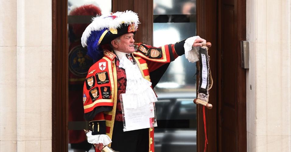 2.mai.2015 - Em frente ao hospital St. Mary de Londres, homem anuncia informalmente o nascimento da primeira filha de Kate Middleton e Príncipe William. A menina é a quarta na linha de sucessão ao trono britânico