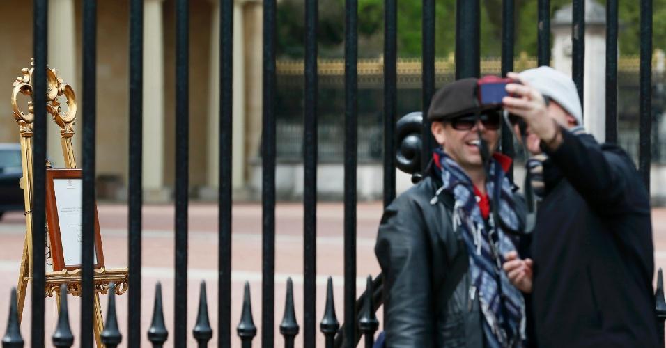 2.mai.2015 - Fãs da monarquia fazem selfies em frente ao palácio de Buckingham, onde foi colocado um comunicado oficial do nascimento da filha de Kate e William